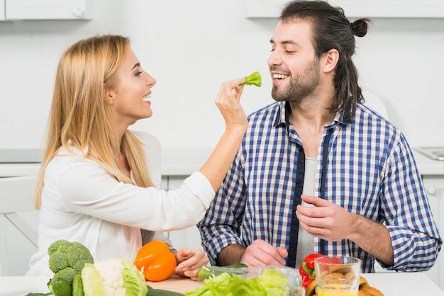 Пара, едят овощи
