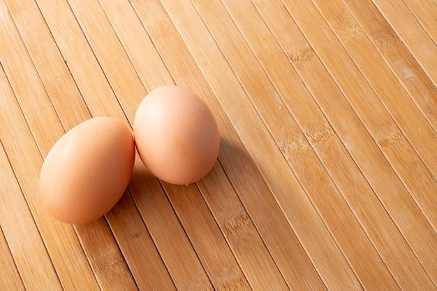 木製のテーブルのカップルの卵