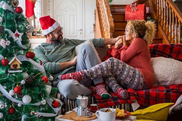 カップルはリラックスして自宅でクリスマス休暇を楽しむ