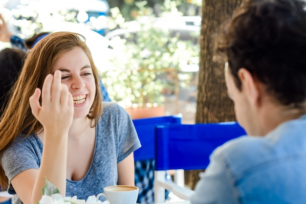 コーヒーショップでコーヒーを楽しんでいるカップル