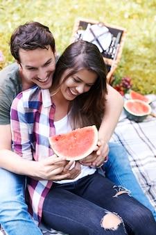 公園でピクニックを楽しんでいるカップル