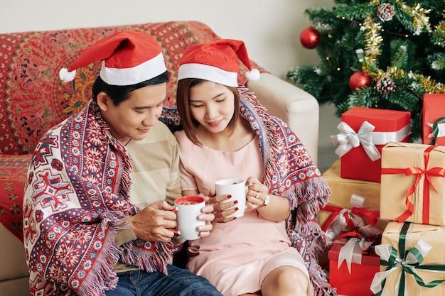Пара наслаждается уютным рождеством