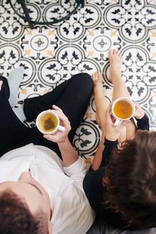 自宅で緑茶を楽しむカップル