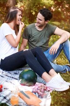 Coppie che godono di un picnic nel parco
