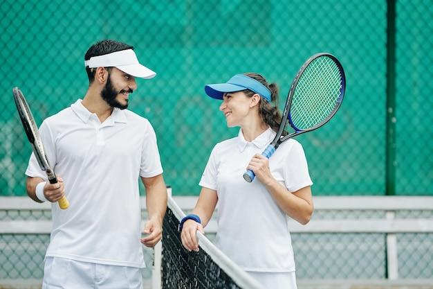 テニスを楽しんでいるカップル