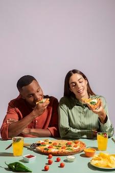 Пара, наслаждающаяся вкусной итальянской едой