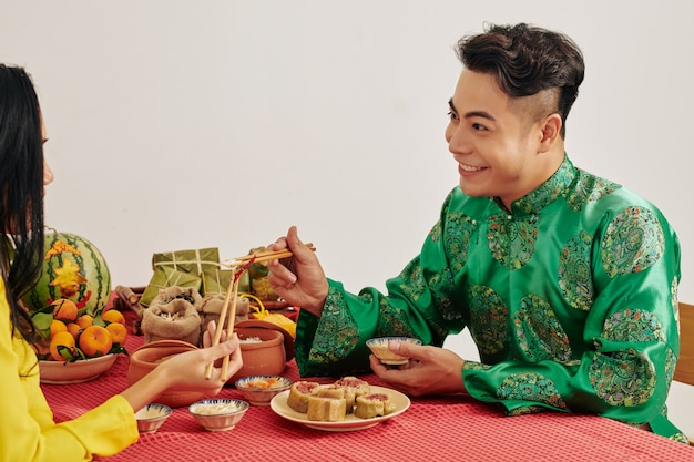 Пара, наслаждающаяся вкусной традиционной едой