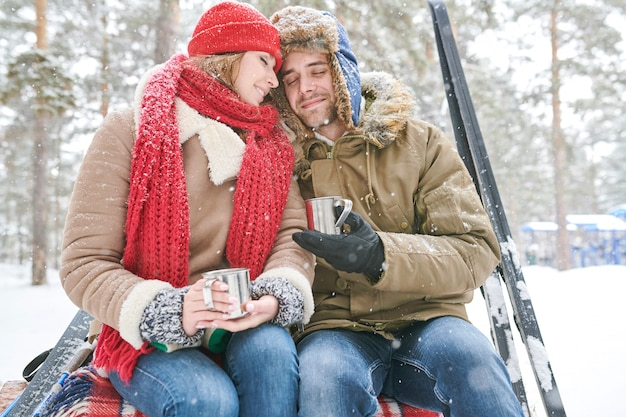 Пара наслаждается чаем зимой