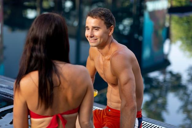 Пара, наслаждаясь своим днем в бассейне