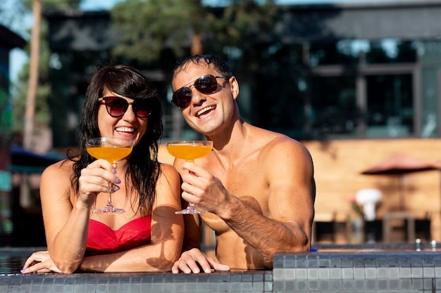 Coppia che si gode la giornata in piscina