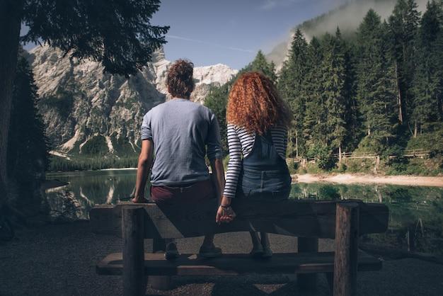 Пара наслаждается временем на озере