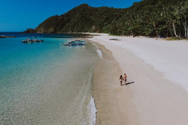 코른에서 해변 앞에서 시간을 즐기는 커플. 여름, 라이프 스타일, 방랑 여행과 자연에 대한 개념