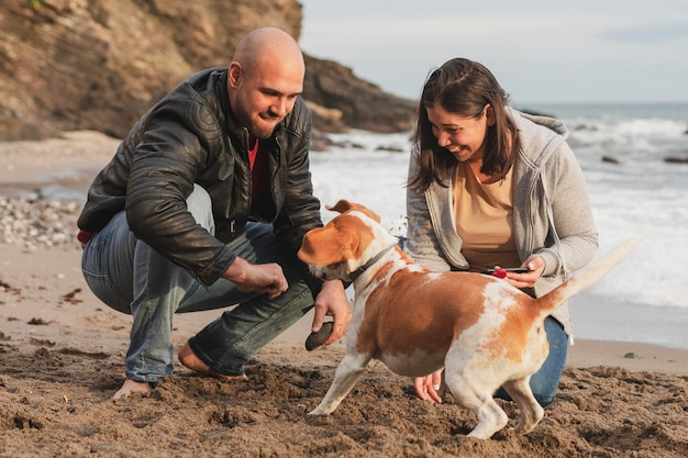 Пара наслаждается временем с собакой
