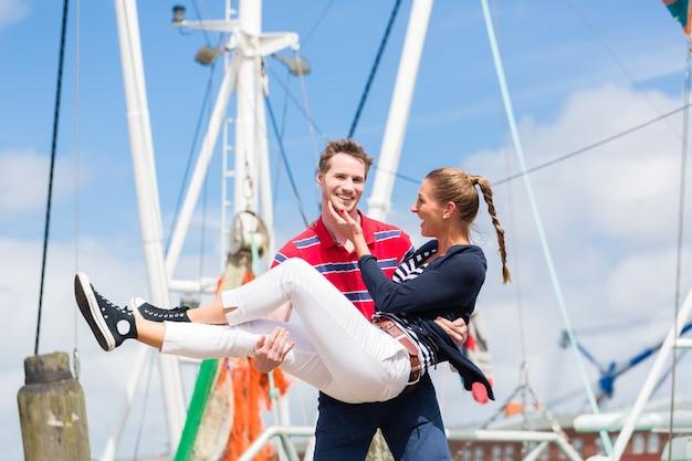 ドイツの北海の船の桟橋で休暇を楽しんでいるカップル