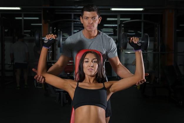 Пара упражнений с гантелями вместе в тренажерном зале