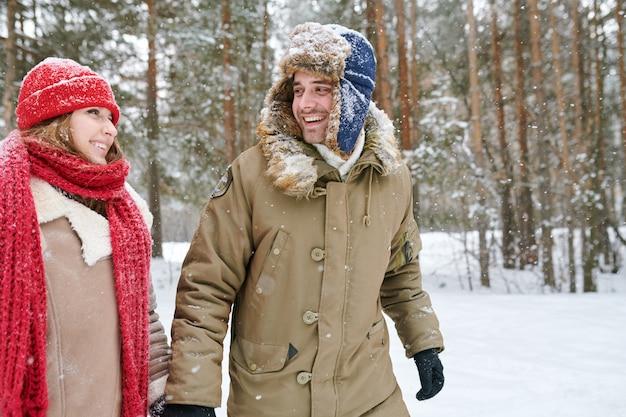 Пара исследует лес