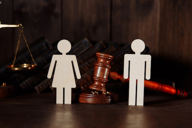 Couple figures with judge gavel. divorce concept