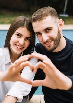手で心を結ぶカップル