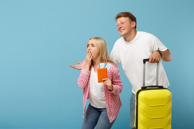 커플 친구 남자와 여자 흰색 분홍색 티셔츠 포즈