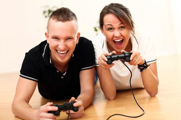 自宅でのカップルのゲーム