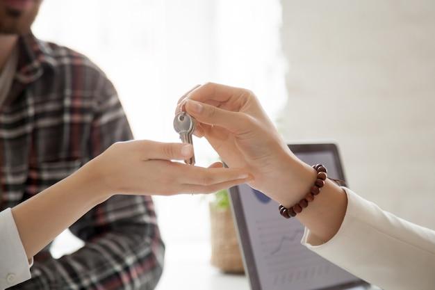 Пара, получить ключи от нового дома, концепция сделки с недвижимостью