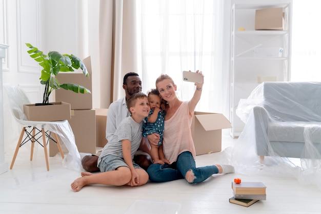 子供と一緒に移動する準備をしているカップル