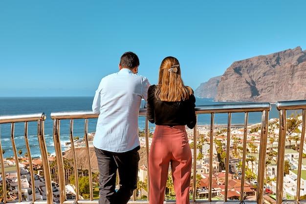 カップルの女の子と男が熱帯の島テネリフェ島の風景を見る