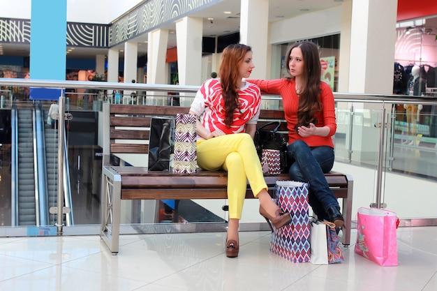 Пара девушка друг торговый центр