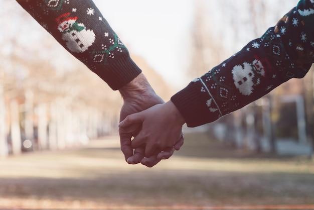クリスマスのカップルの手