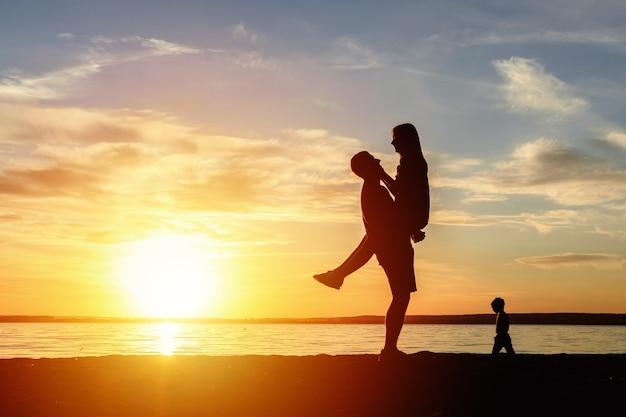 해변 일몰 로맨틱 키스 실루엣에 행복 한 커플