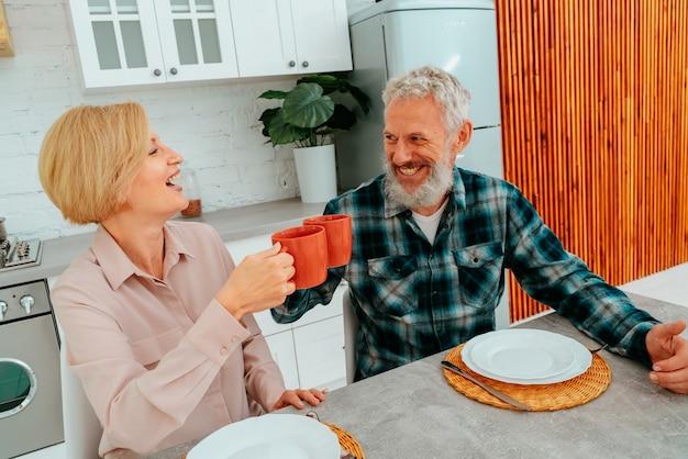 부부는 커피와 과일 집에서 아침 식사를