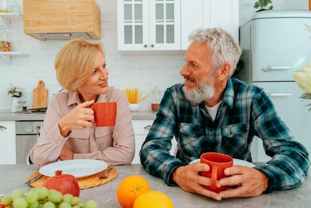 부부는 집에서 커피와 과일로 아침 식사를 합니다.