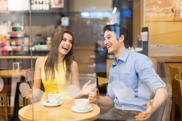 カップルはカフェで楽しんでいます