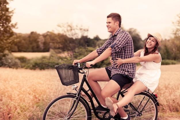 La coppia si diverte a guidare in bicicletta