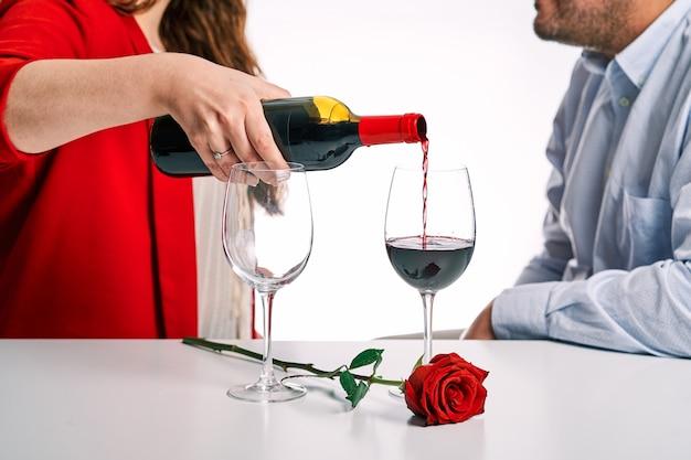 Пара вместе за бокалом вина. концепция дня святого валентина и влюбленная пара.