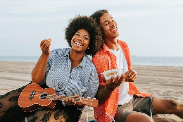 해변에서 피크닉을 즐기는 커플