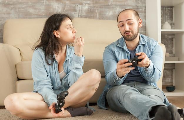 オンラインビデオゲームで負けた後に論争をしているカップル