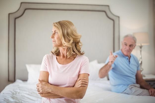 Пара спорит в спальне