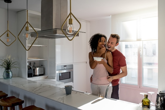自宅で朝食を持っているカップル