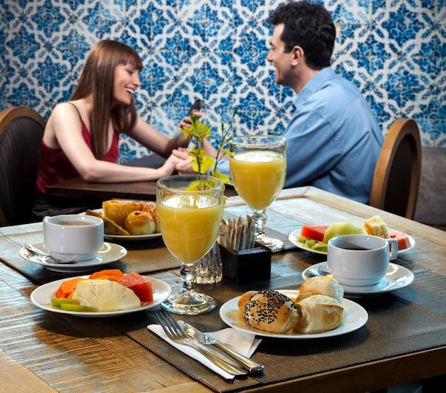 Пара, завтракающая