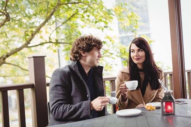 レストランでコーヒーを飲むカップル