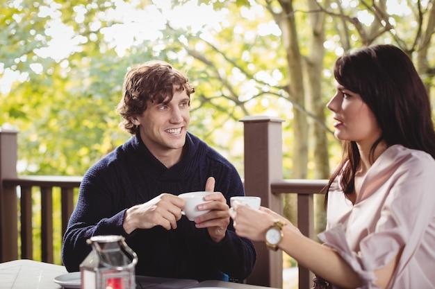 一緒にコーヒーを飲むカップル