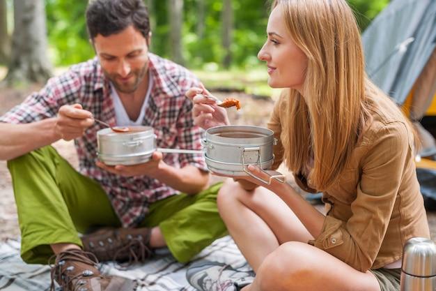 Coppia con una deliziosa cena in campeggio