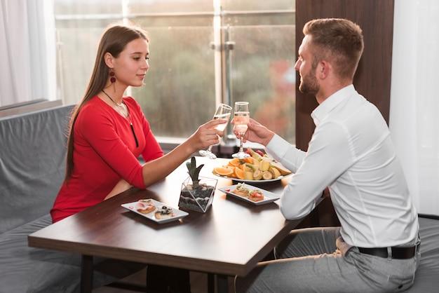 レストランで夕食を食べるカップル