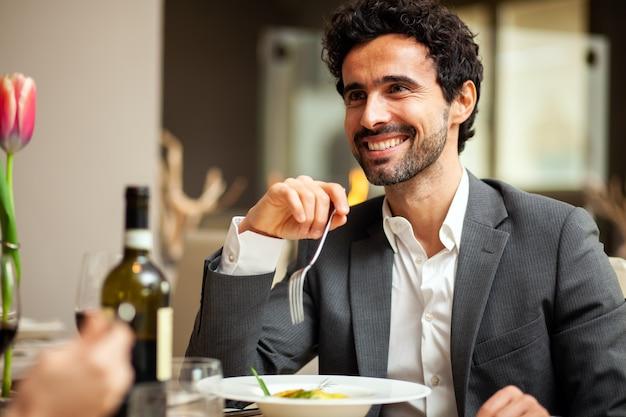 高級レストランで夕食をとるカップル