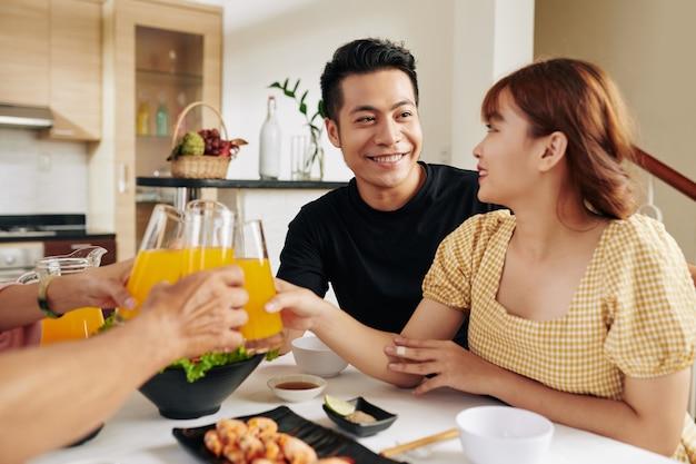 Пара, обедающая с родителями