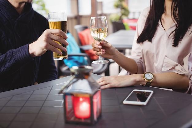 一緒に飲み物を飲むカップル
