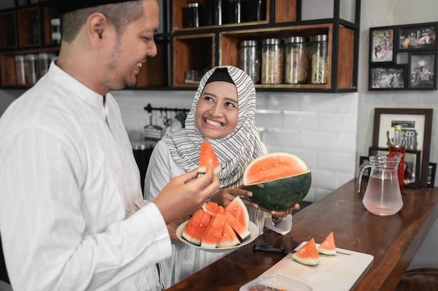 断食の断食の夕食のための果物を持っているカップル