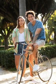 자전거와 함께 야외에서 즐거운 시간을 보내는 커플