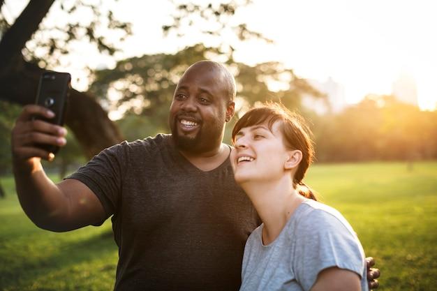 公園で一緒に楽しむカップル